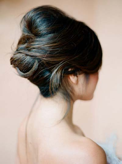 The combination of twists, buns and highlights in this hairstyle makes it classic and elegant.